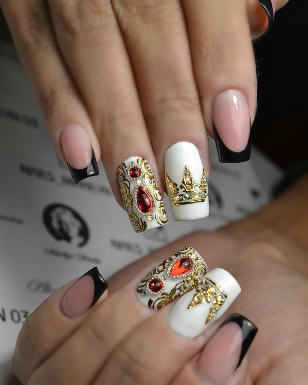 Сложный дизайн из страз на ногтях фото
