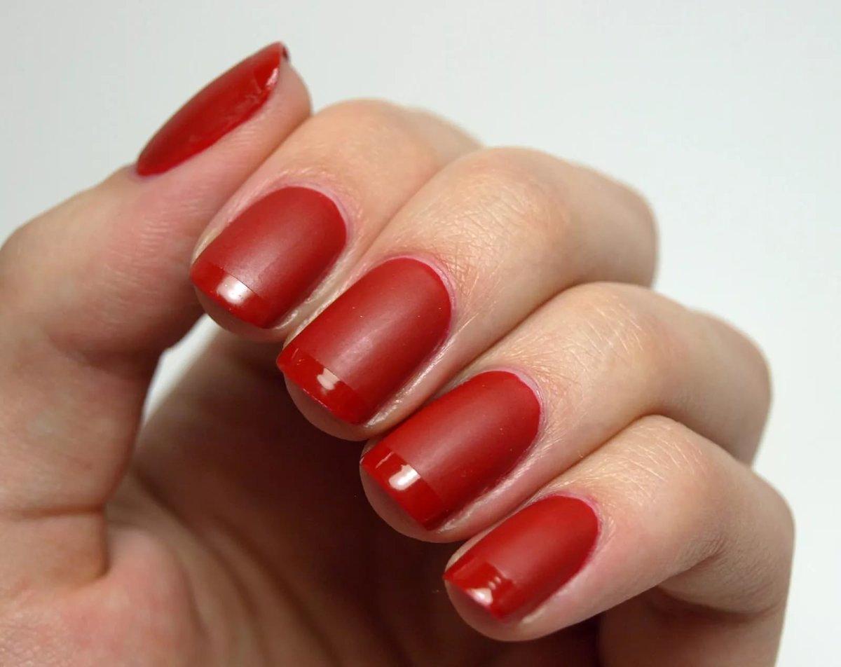 Красный матовый лак для ногтей фото