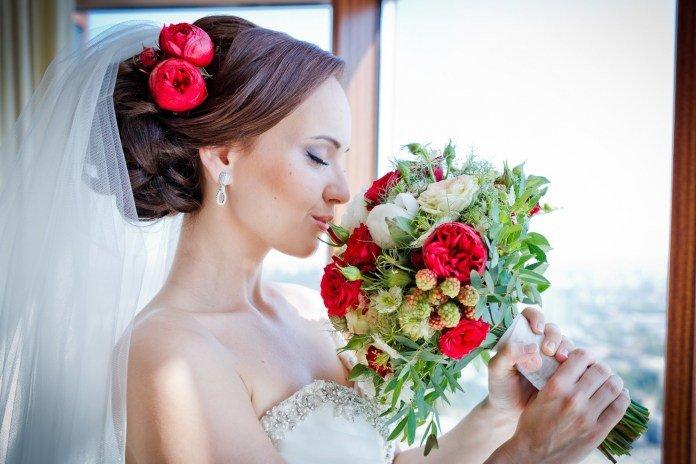 Свадебные прически с цветком и фатой