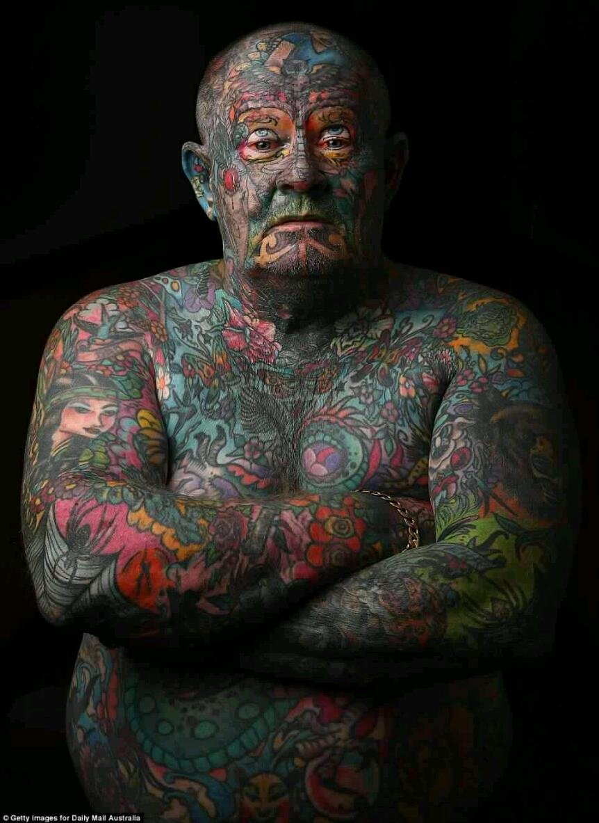 Мужчина всё тело в тату