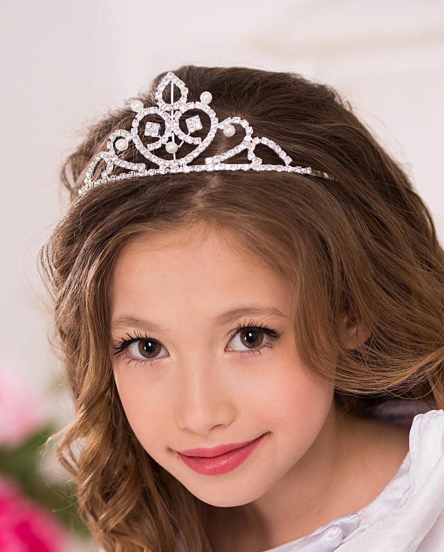 Прически на девочек с короной