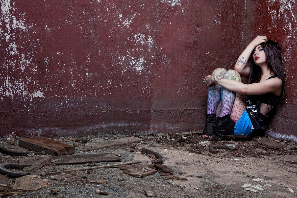 Ласковые девушки нежатся в заброшенном здании  474340