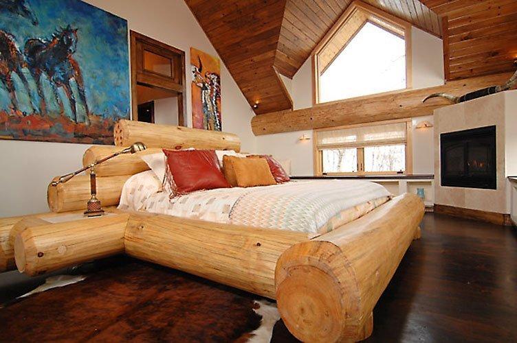 Двуспальная кровать из бревен своими руками
