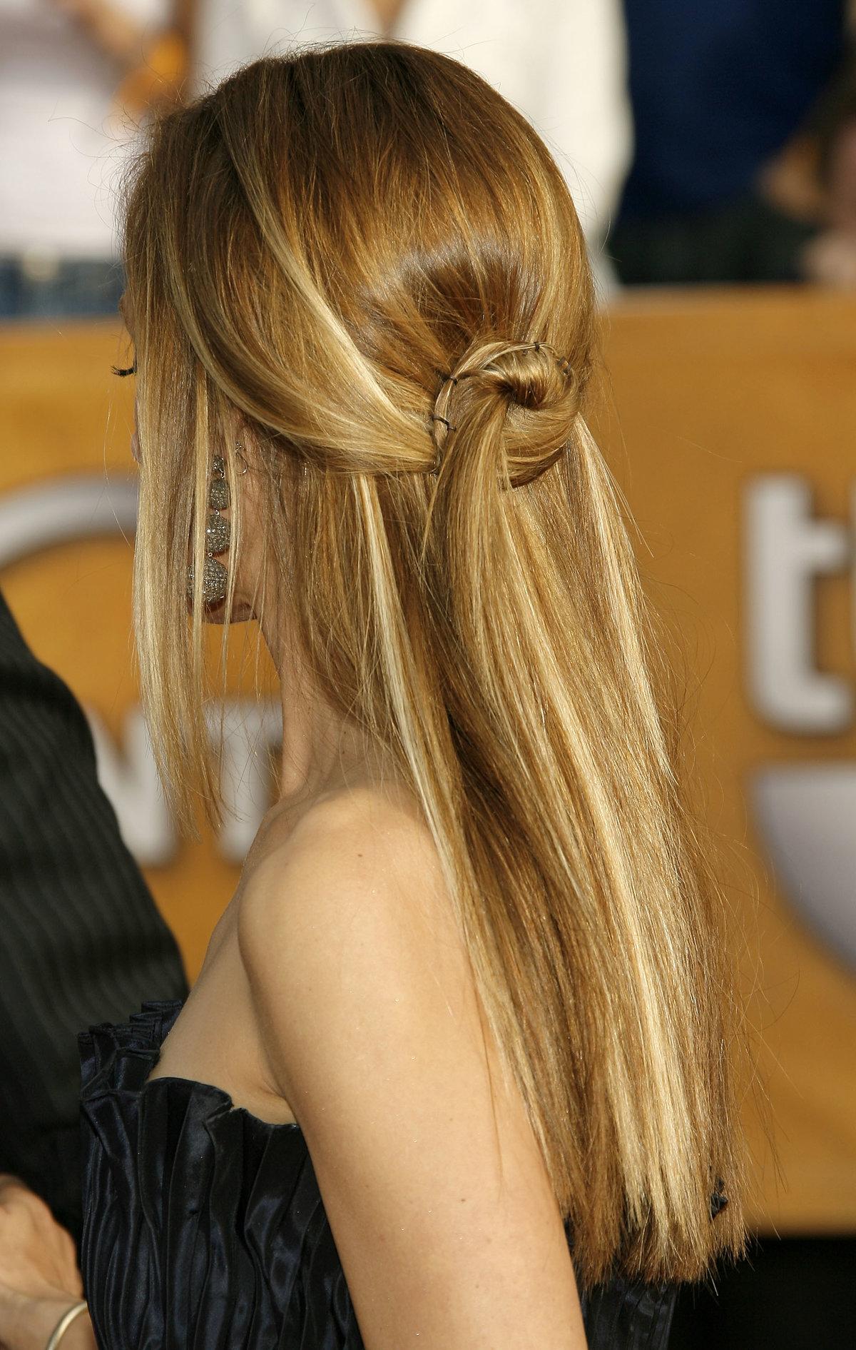 Прическа на длинные волосы пучок распущенными волосами