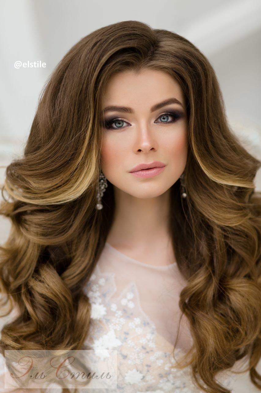 Прическа на длинные волосы с локонами и начесом