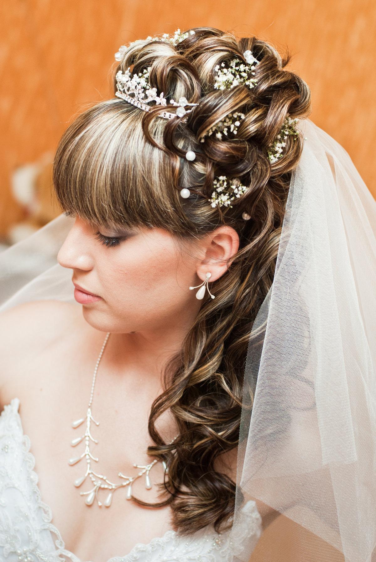 Прическа с диадемой и фатой на средние волосы фото