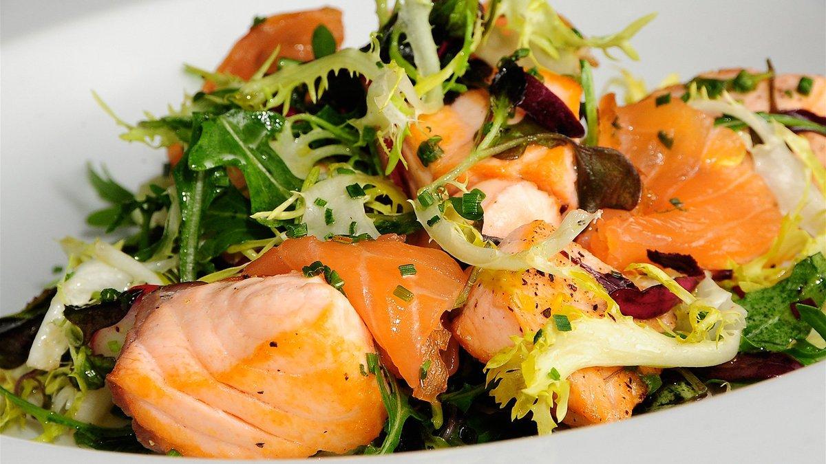 Салат с соленым лососем рецепт с фото