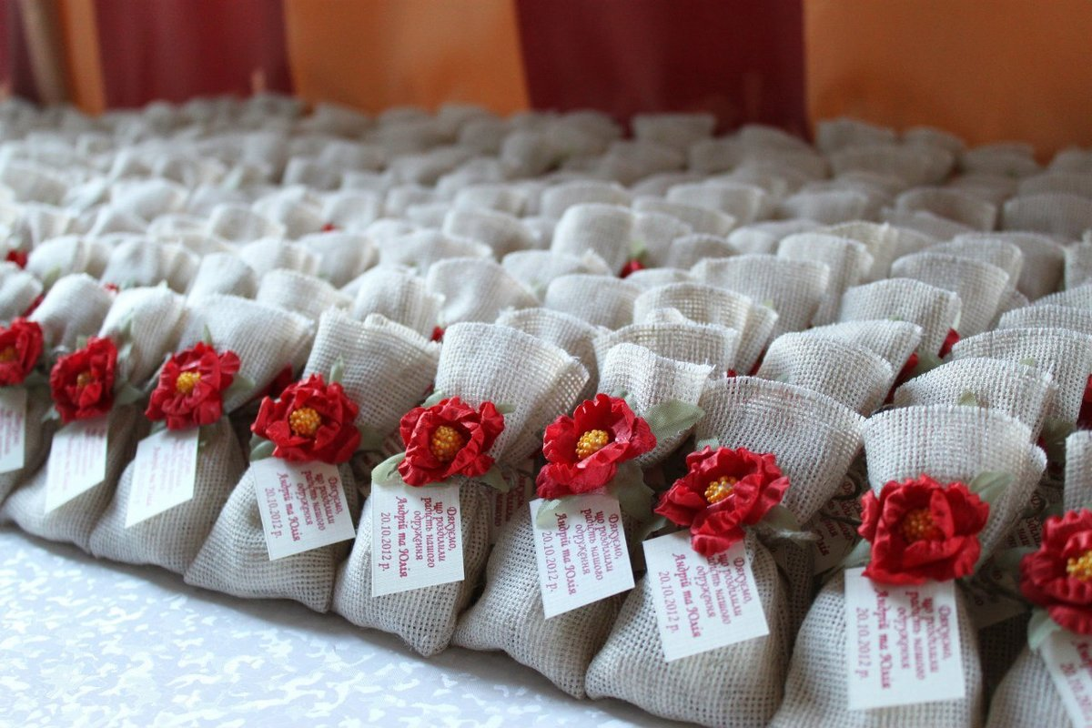 Подарки гостям на свадьбе: что подарить и как удивить своих гостей 70