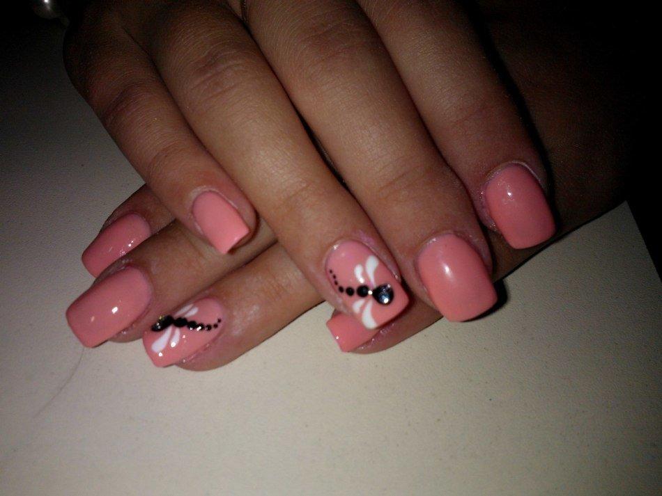 Маникюр с розовыми стразами