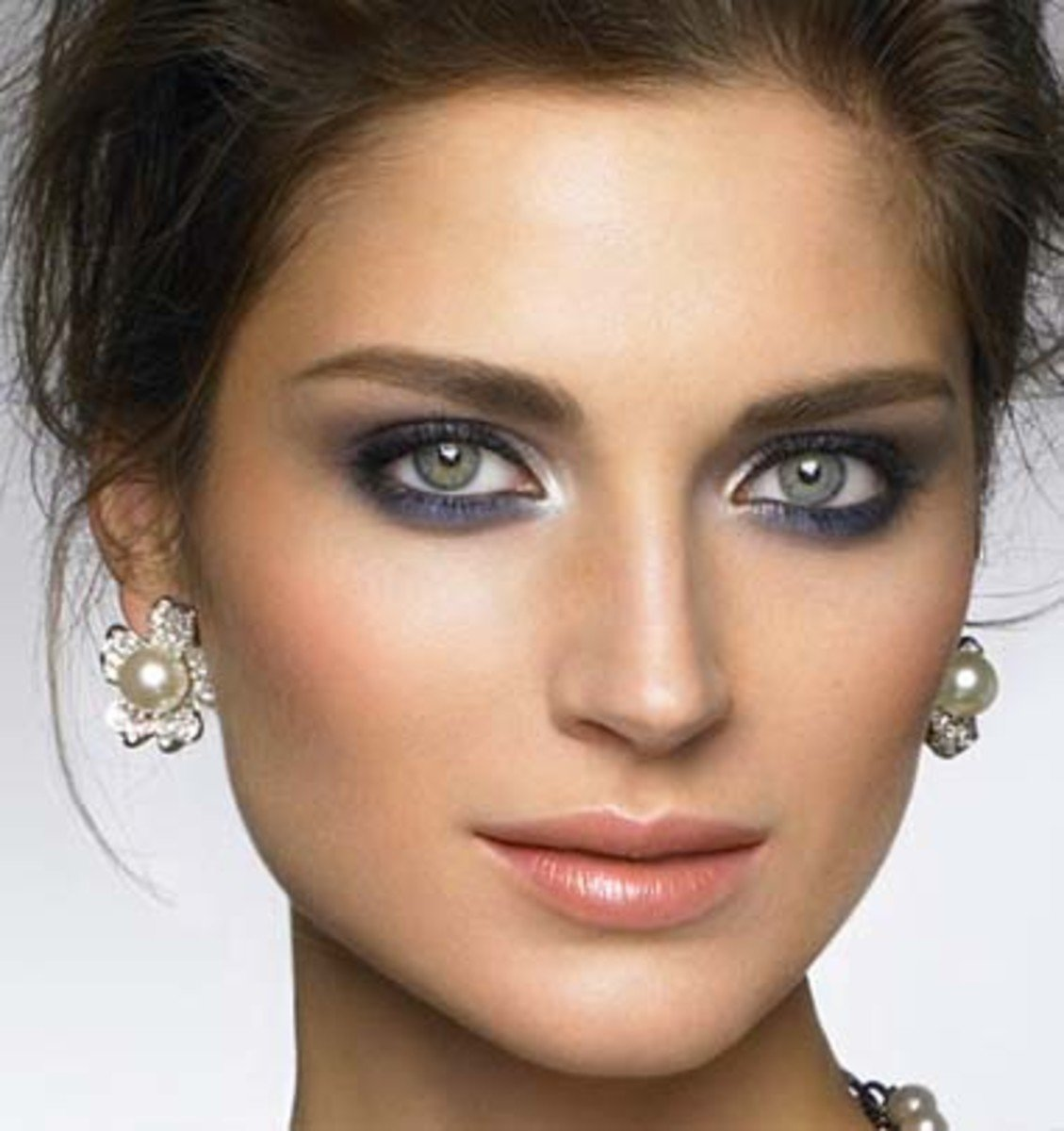 Макияж для серо голубых глаз и темных волос фото