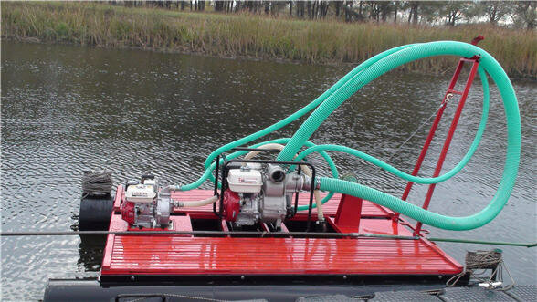 <p>Имея малые размеры и хорошую производительность, мини-земснаряд способен работать в таких водоемах, где доступ крупногабаритной техники невозможен. Например, на прудах и озерах площадью до нескольких гектар или на реках для работ на определенном участке. Однако, полностью удалить водную растительность земснарядом нельзя, как, в принципе, как и промышленным оборудованием, однако размыть грунт, где находится корневая система, вполне по силам. После этого просто необходимо произвести сбор всех водорослей механическим методом или вручную.</p><h4>Принцип работы мини-земснаряда типа грунтосос.</h4><p>Платформа наполненная воздухом(поплавковое средство) свободно передвигает механизм забора грунта по воде. Земснаряд имеет вытянутое гибкое дуло с различными типами лопастей(зависит от грунта). Лопасти используются для разрыхления грунта и корневой системы растений(к примеру камыш). Всасываемая грунтосодержащая смесь(пульпа) транспортируется по пульпопроводу на берег.</p><img alt=