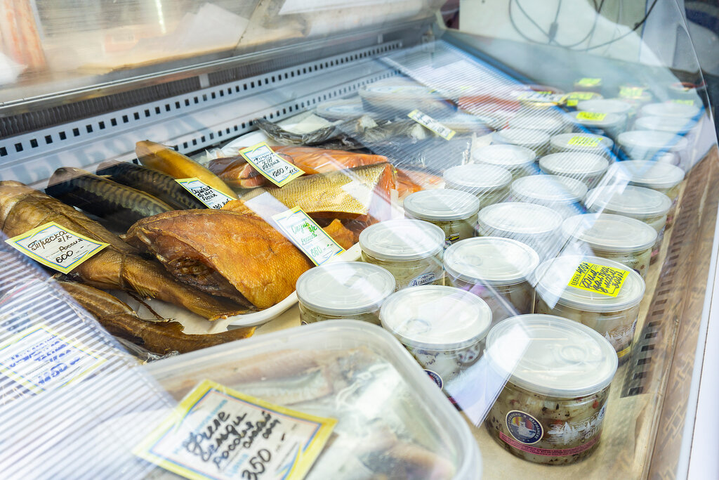 выкладка копченой рыбы в магазине фото том, что всех