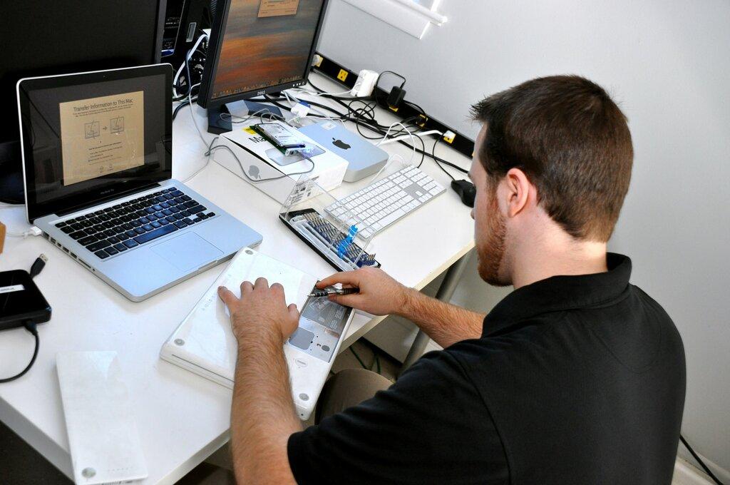 Картинка с ремонтом компьютеров можно насладиться