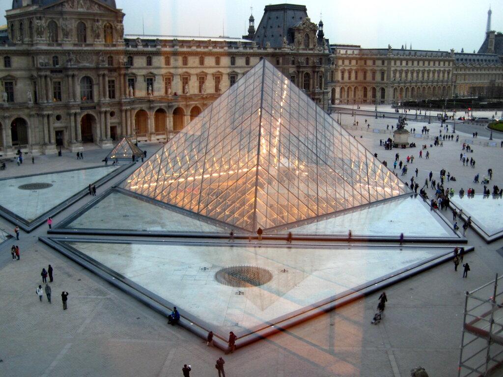 фото с пирамидой лувра винтажная, современная