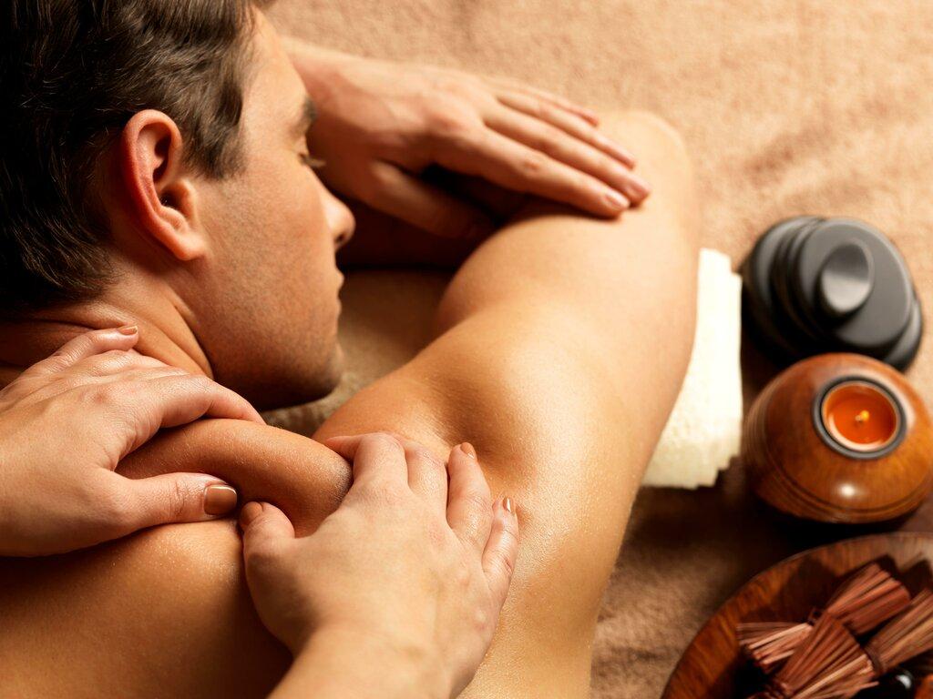 Девушка делает массаж парню картинка