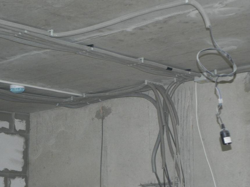 антышев занимался как протянуть провод над натяжным потолком фото заняты