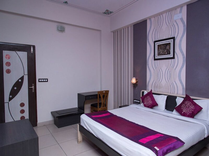Oyo 11716 Hotel Everest