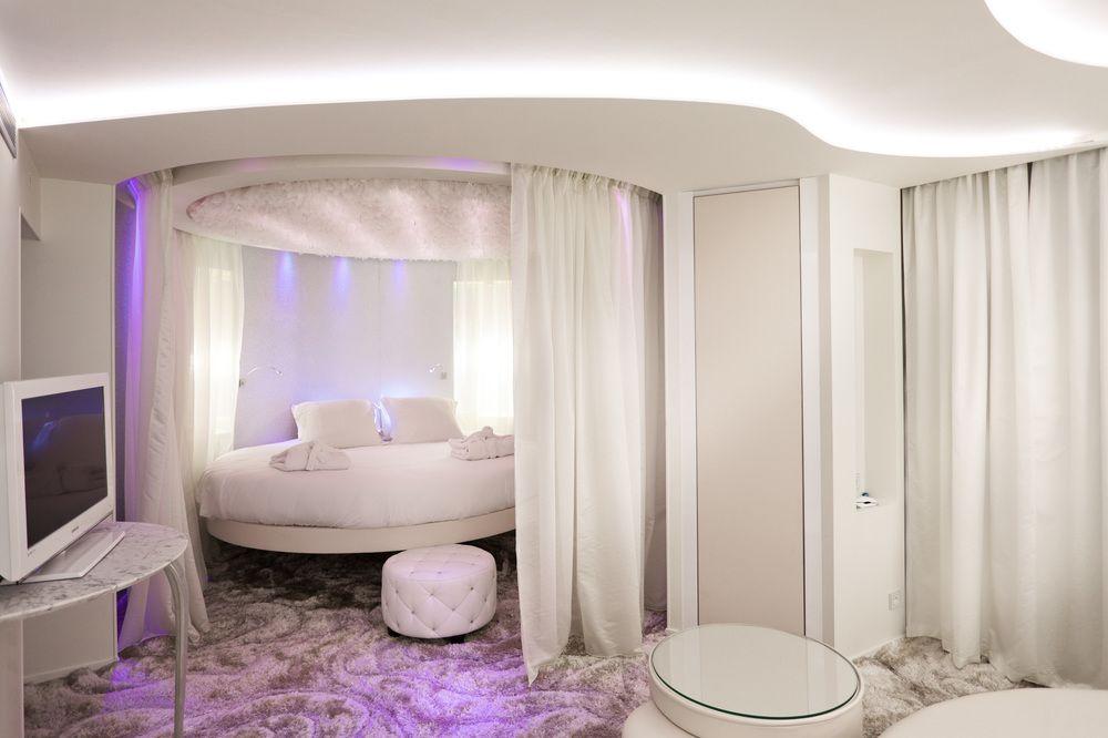 Спальня с круглой кроватью фото
