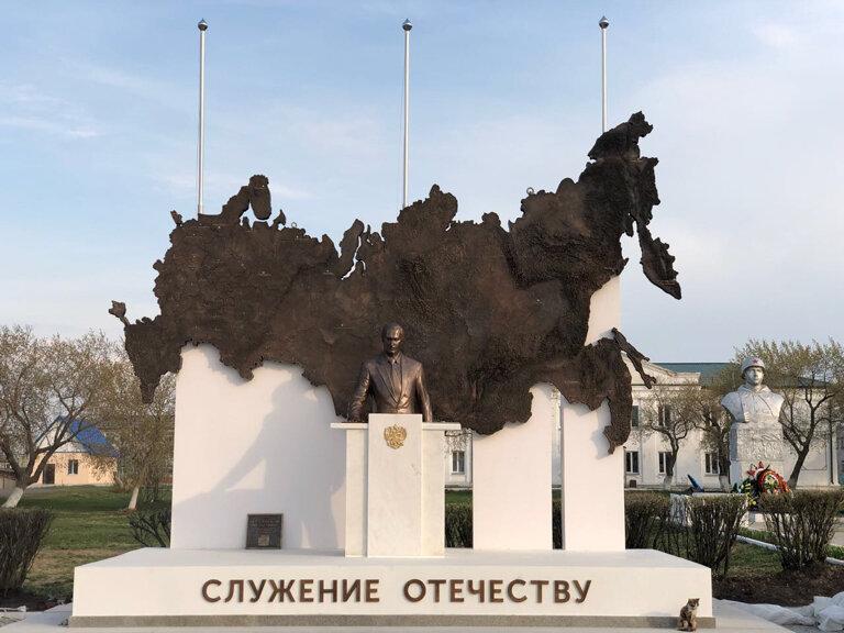"""Скульптурная композиция """"Служение Отечеству"""""""