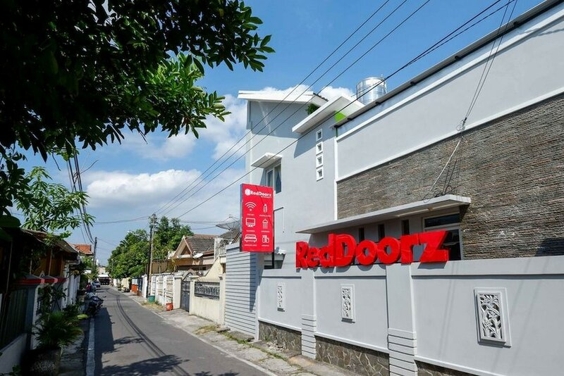 RedDoorz near Solo Square 3