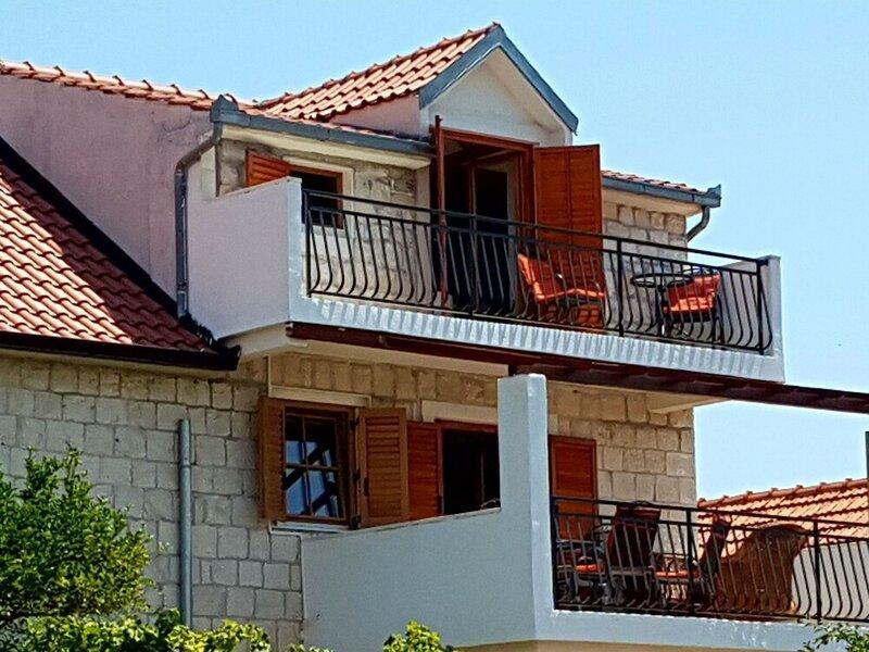 Charming Apartment in Okrug Donji Near Sea