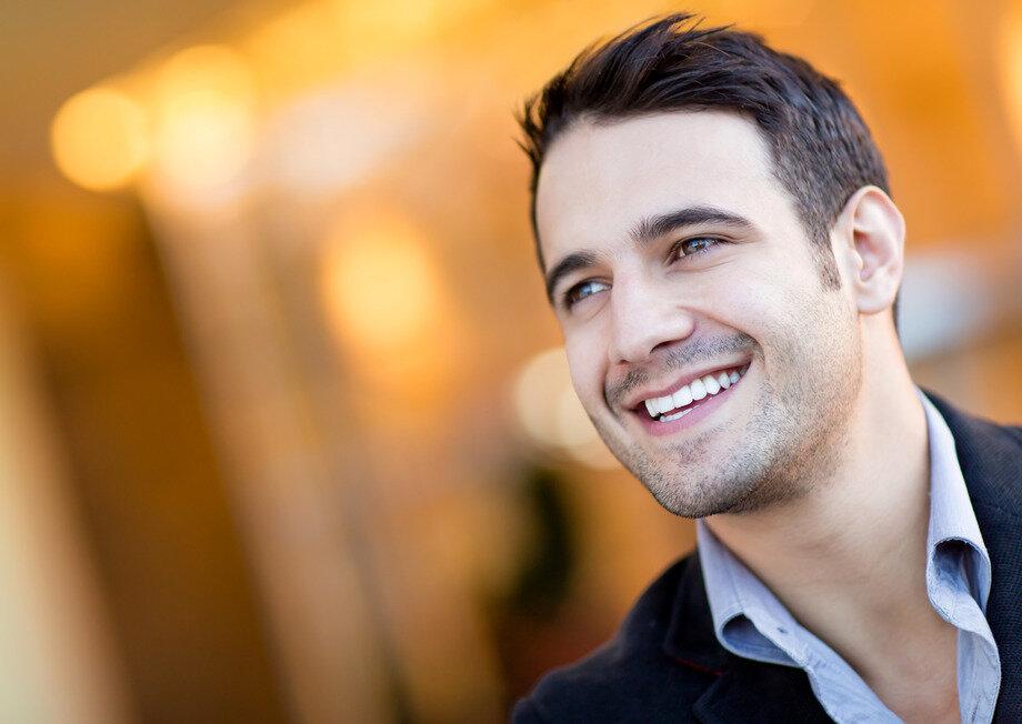 актриса парень улыбается фото подписи отметку