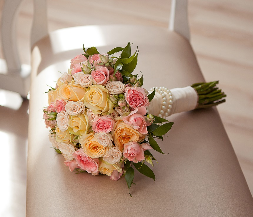 Круглый свадебный букет на стеблях, букеты