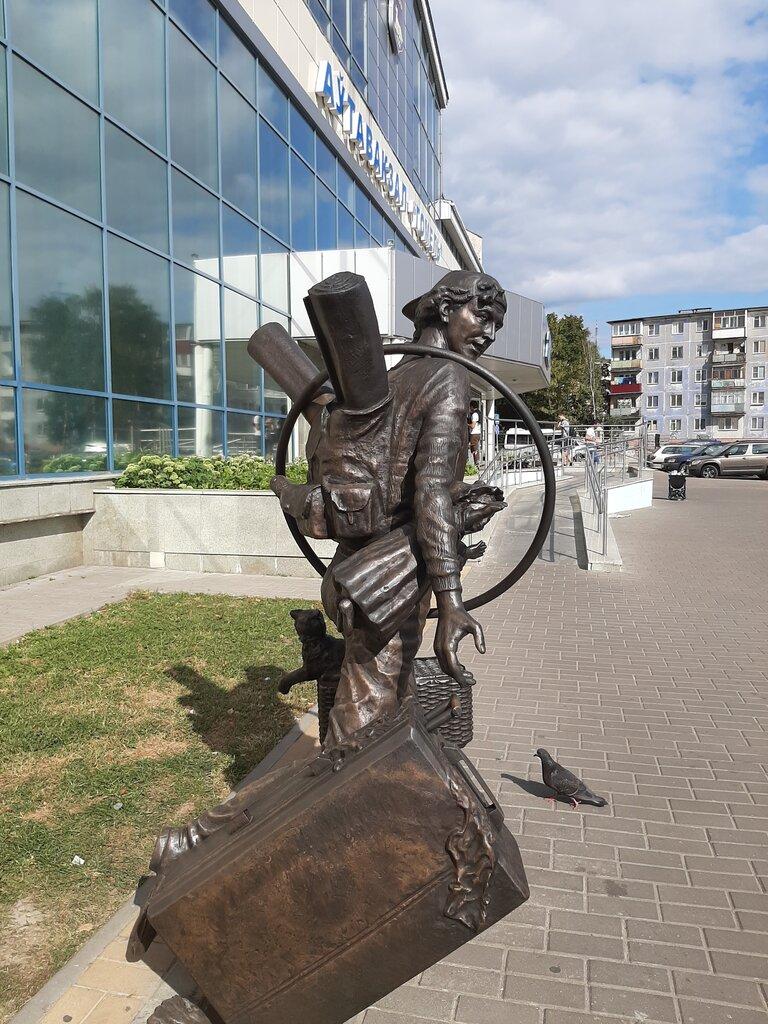жанровая скульптура — Бегущий пассажир — Гомель, фото №1