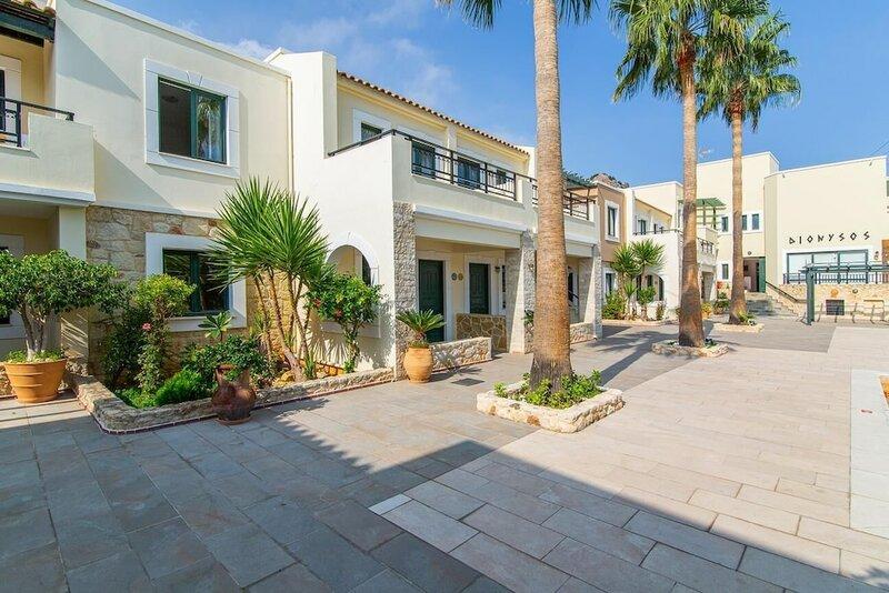 Dionysos Apartments & Studios