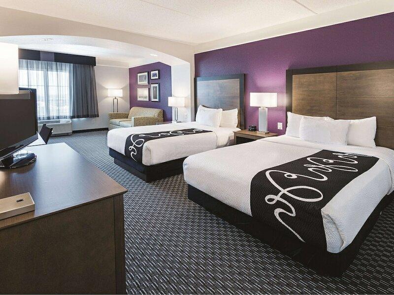La Quinta Inn & Suites by Wyndham Arlington North 6 Flags Dr