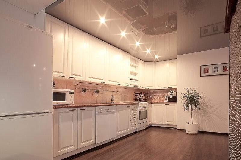 Натяжные потолки на кухню с лампочками фото