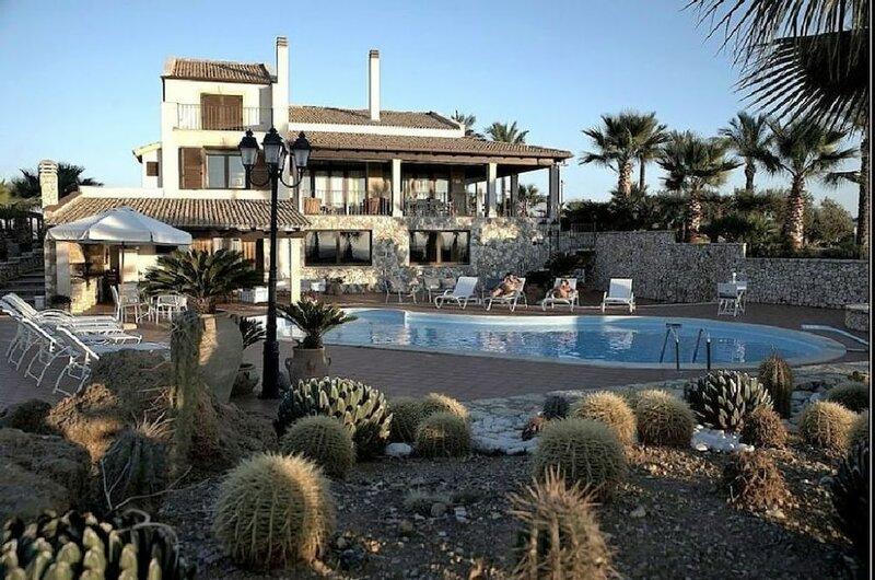 Villa Egadi con Piscina e Campo da Tennis