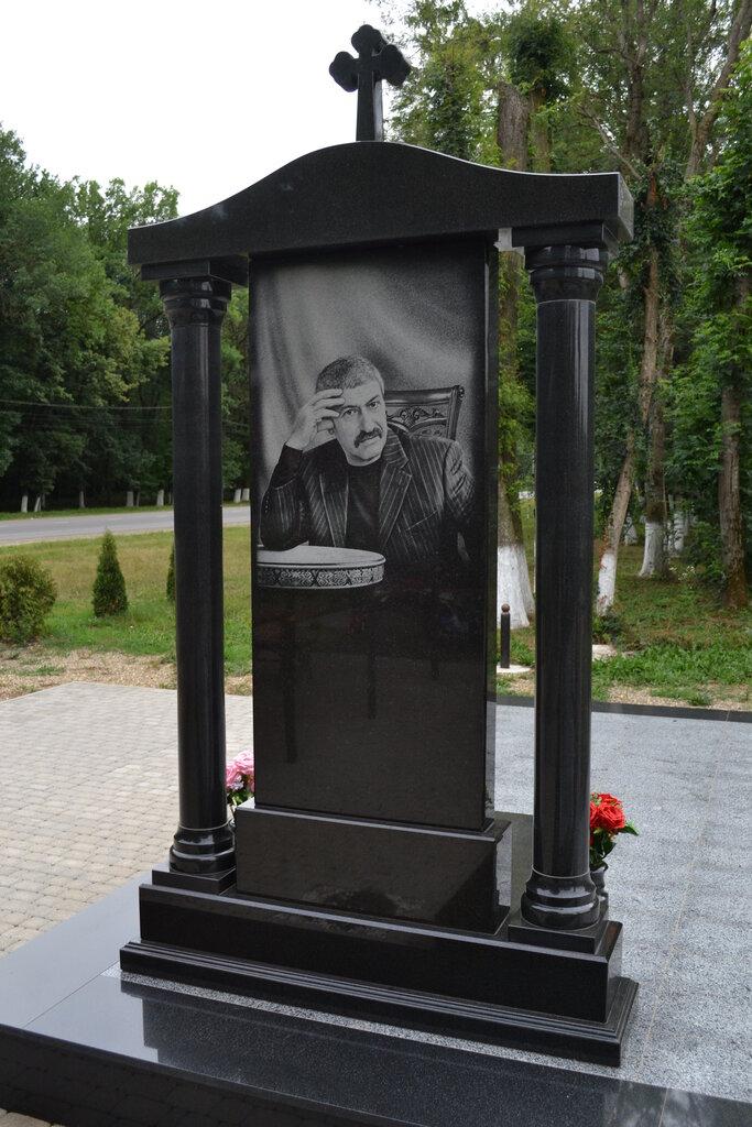 Памятники и надгробия фото прохладный