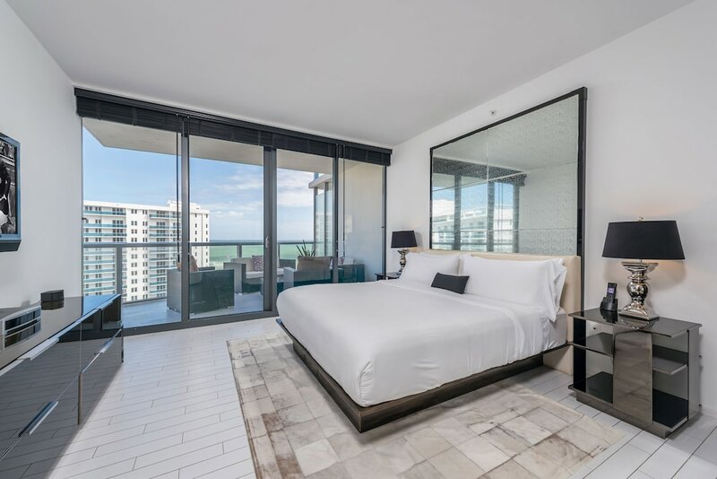 W Private Res. 2 bdrm with den by Lrmb