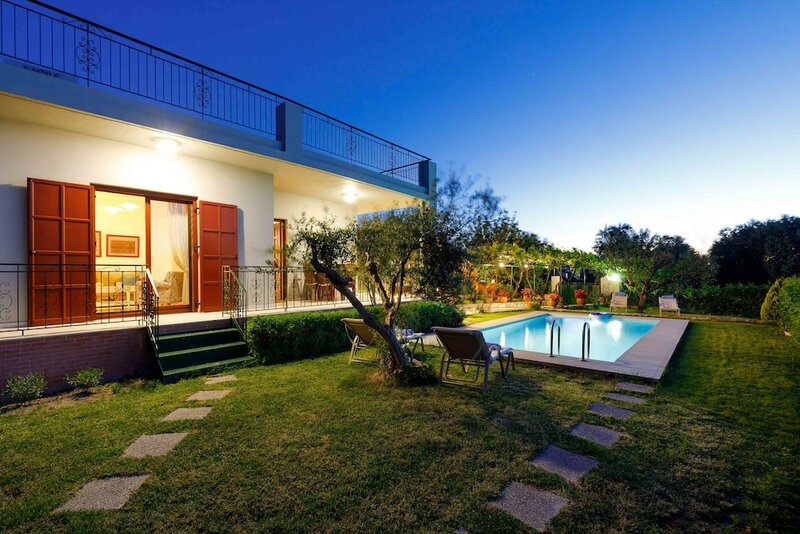 Lily's cottage, secluded, sea view villa with private pool and gardens. 1062101