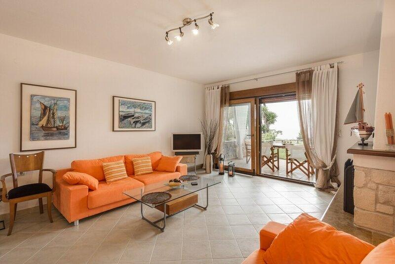 Stylish, big & bright family Villa next to Beach