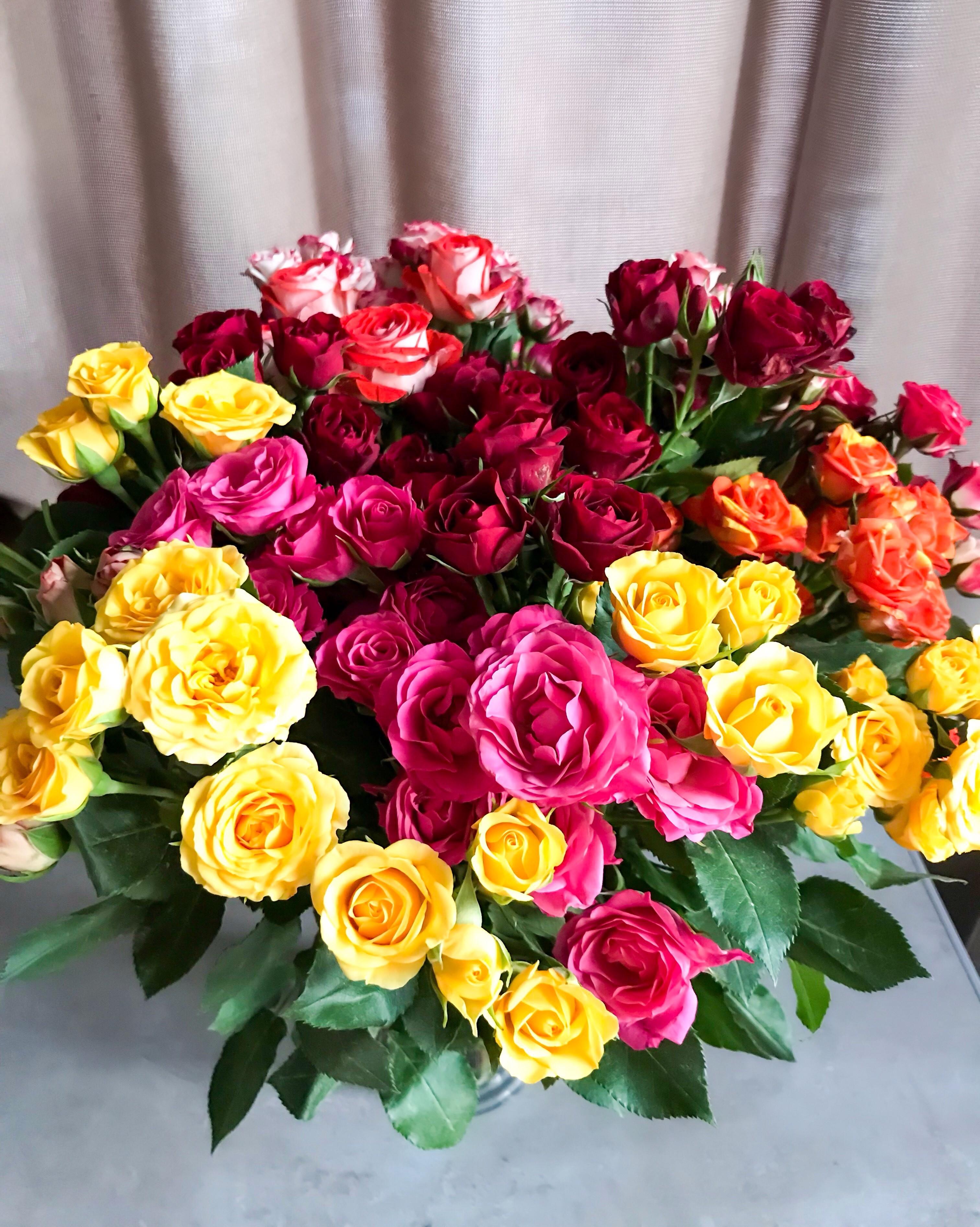 Стоит, цветы опт уралмаш