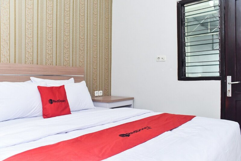 RedDoorz Plus near Malang Town Square