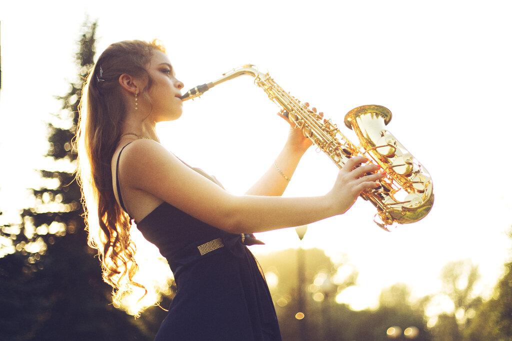 Сисястые один клип девушки с саксофоном и черными пышными волосами