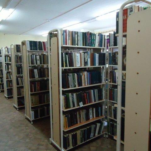 витрины металлические для книг библиотеки фото часть
