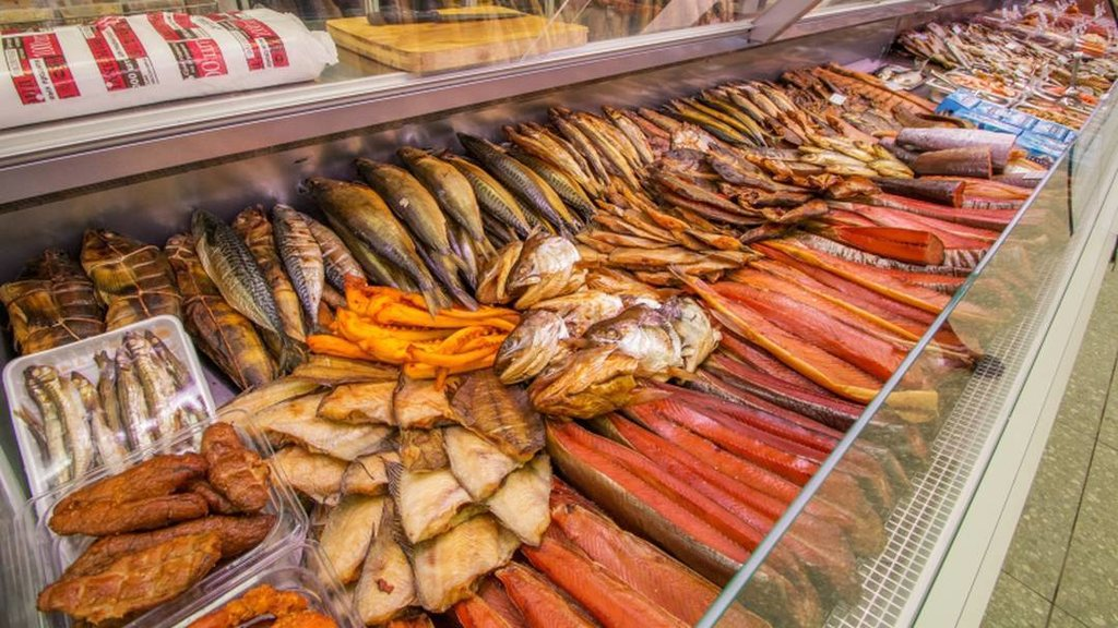 Выкладка копченой рыбы в магазине фото