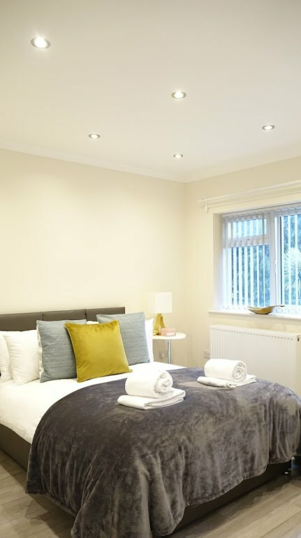 London Heathrow Airport Rooms H. C by Candp