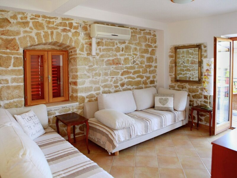 Cozy Apartment in Okrug Donji Near Beach