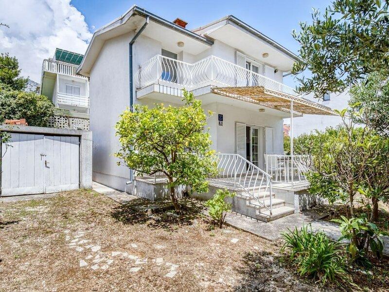 Comfortable Villa in Orebi? With Garden Near Seabeach