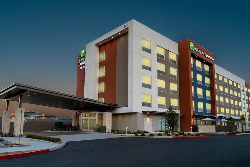 Holiday Inn Express & Suites Las Vegas - E Tropicana