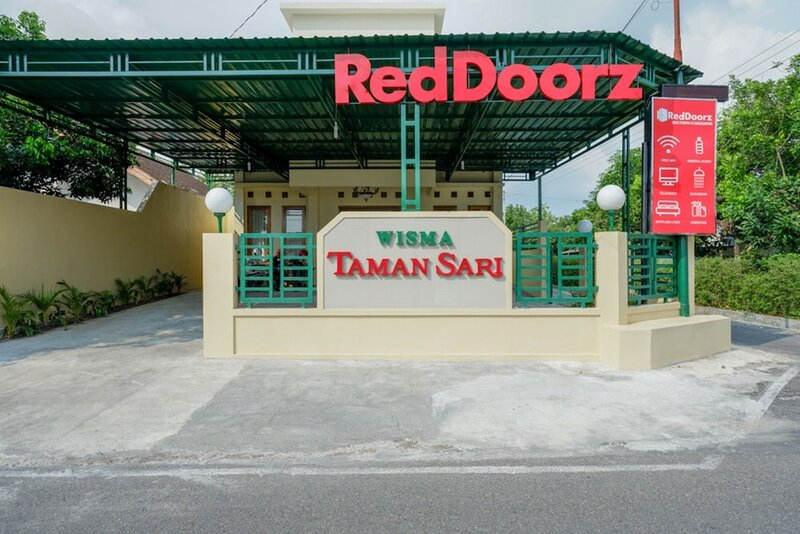 RedDoorz near Stadion 45 Karanganyar