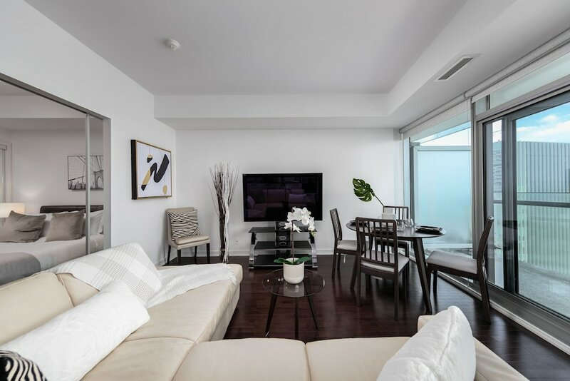 Aaira Suites Cn Tower View