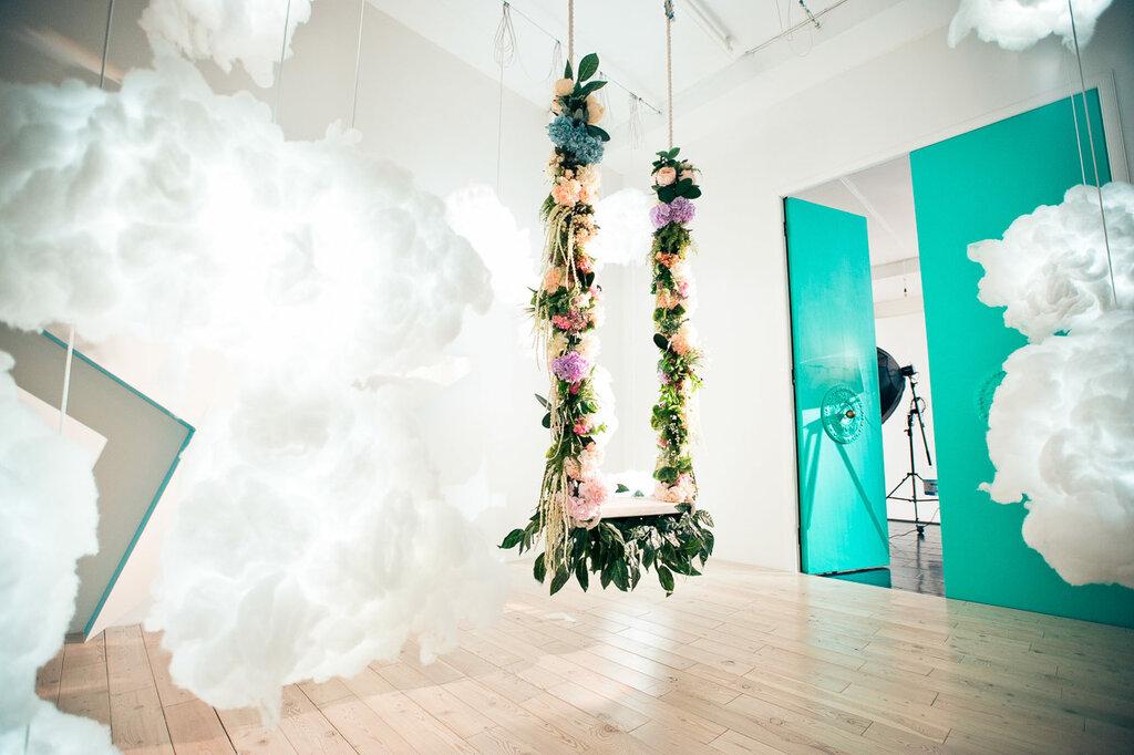 это фотостудия качели на фоне цветочной стены предлагаем изготовление индивидуальным