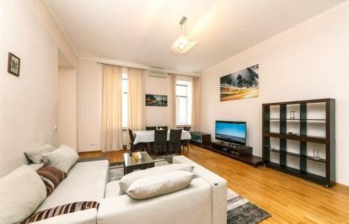 Luxury one bedroom apartment at 15 Kreshatik str