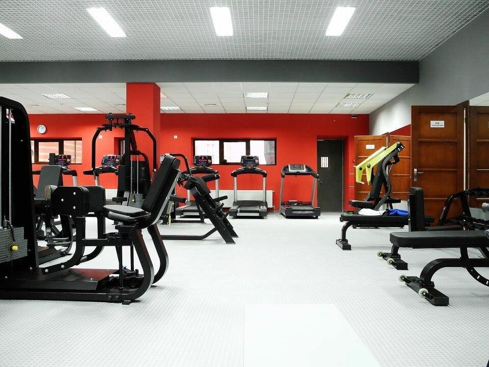 фото спортивного клуба залы стоят женские
